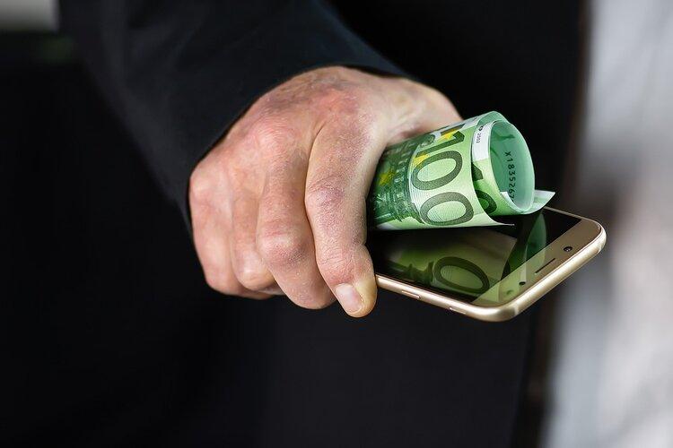 """Minister Gliński i podwładni przekonują – jeśli nie popierasz """"podatku od smartfonów"""", to wspierasz zagraniczne koncerny -"""